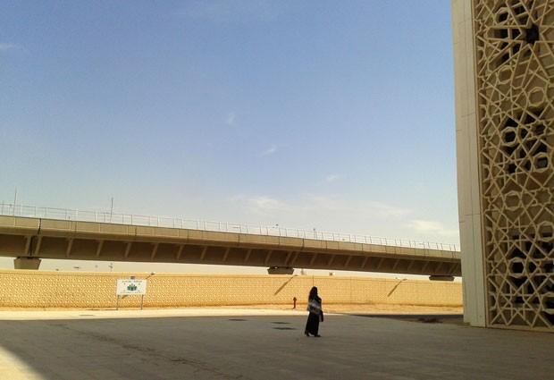 Na Universidade Princesa Nora, em Riyadh, alunas precisam usar uma passarela para andar pelo campus sem ser vistas por motoristas (Foto: AP Photo)