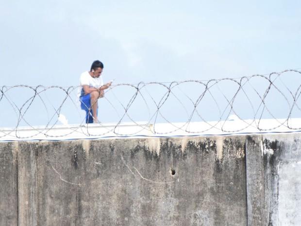 Presos também podem ser vistos usando aparelhos celulares (Foto: Fred Carvalho/G1)