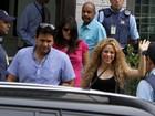 Shakira acena e sorri para fãs após ir novamente a consulado no Rio