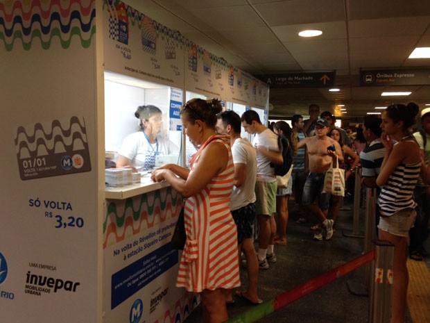 Fila na estação Largo do Machado para comprar bilhete do metrô para o Réveillon do Rio (Foto: Káthia Mello/ G1)