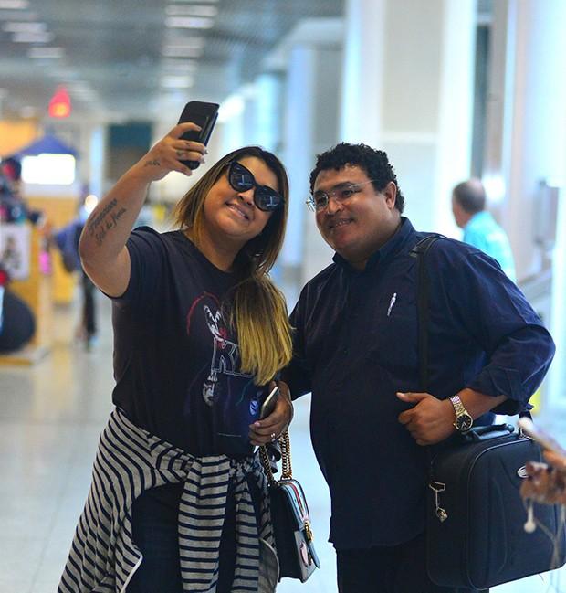 Preta Gil posa com fã em aeroporto (Foto: William Oda/ AgNews)