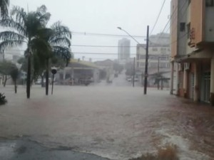 Chuva Araguari, MG (Foto: Raphael Vinicius Faria/ Arquivo Pessoal)