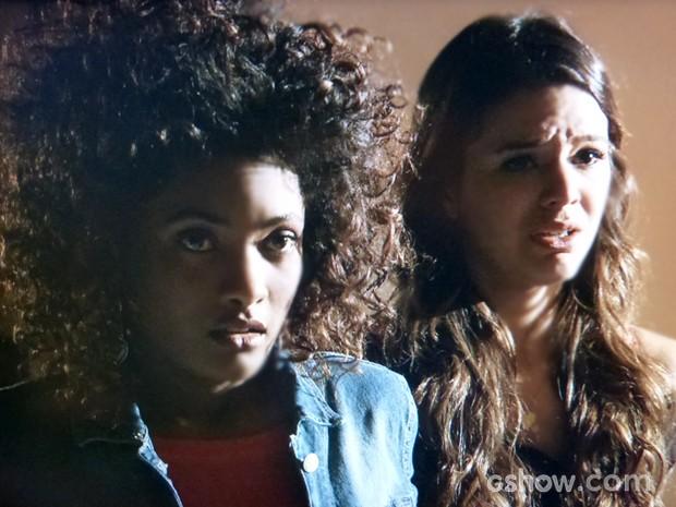 Alice e Luiza ficam assustadas ao ver criminoso (Foto: Em Família / TV Globo)