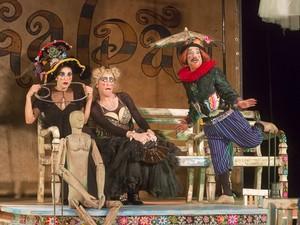 Atores encenam espetáculo de Pirandello (Foto: Guto Muniz / Divulgação)