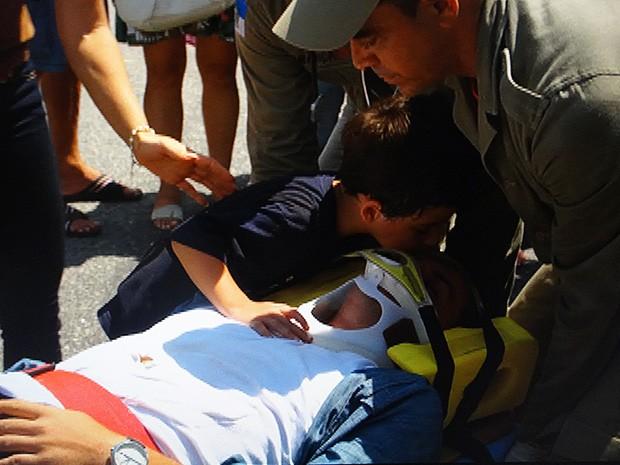 Théo é resgatado e Junior dá um beijo no capitão (Foto: Salve Jorge/TV Globo)