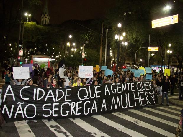 Ativistas protestam contra lei aprovada pela Assembleia que prevê vagão exclusivo para mulheres no transporte público (Foto:  Leonardo Benassatoo/Futura Press/ Estadão Conteúdo)