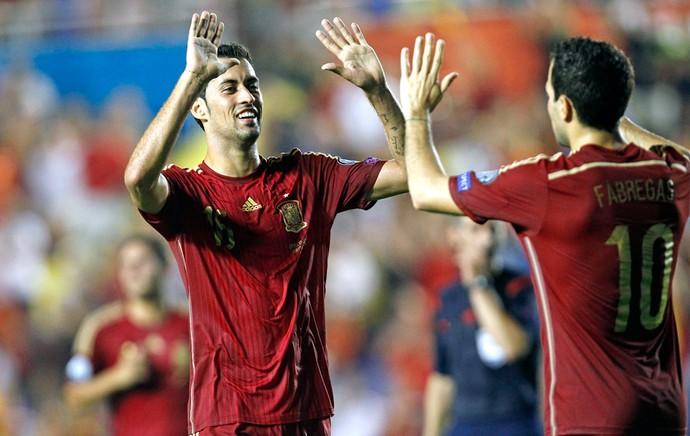 Busquets comemora gol da Espanha com Fábregas (Foto: AP)