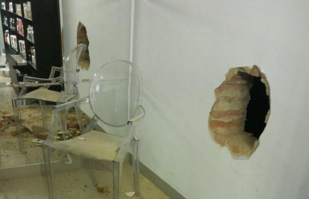 3a7ee8bc328 Homem faz buraco em parede de loja e rouba R  100 mil em perfumes em