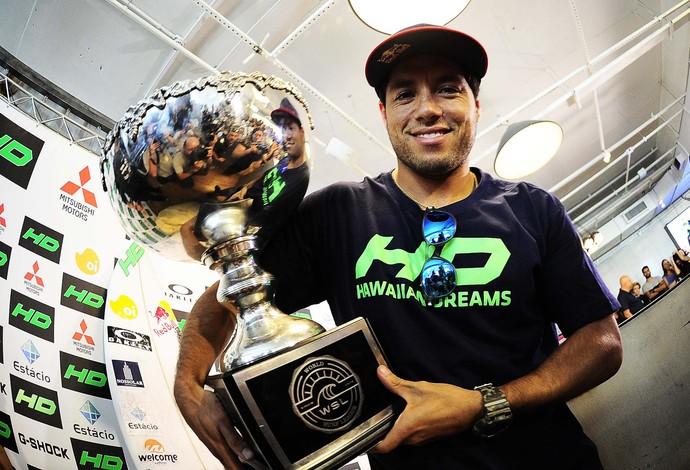 Mineirinho exibe o troféu de campeão mundial de surfe (Foto: Marcos Ribolli)