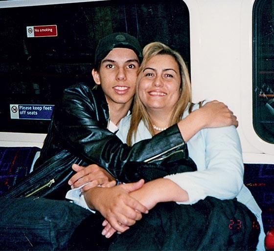 """7. Carlos com Giselma, quando ainda a chamava de """"mãe"""" (Foto: Arquivo pessoal)"""