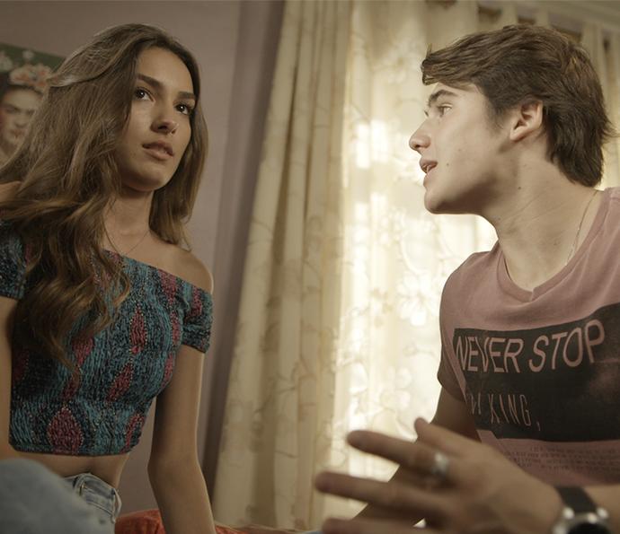 ...que tenta se justificar pra namorada! (Foto: TV Globo)