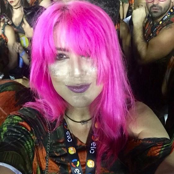 Danni Carlos passou do louro para o rosa e está produzindo novo show: (Foto: Reprodução)