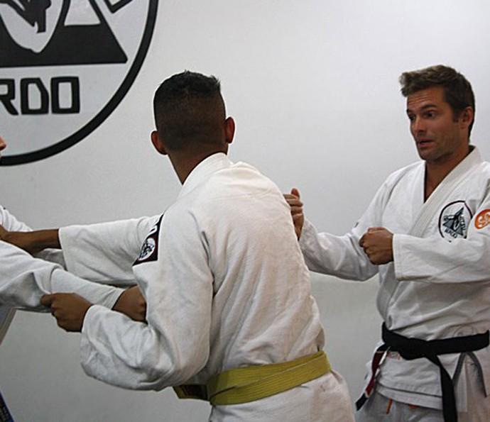 Cláudio Heinrich ensinando jiu-jitsu (Foto: Arquivo Pessoal)