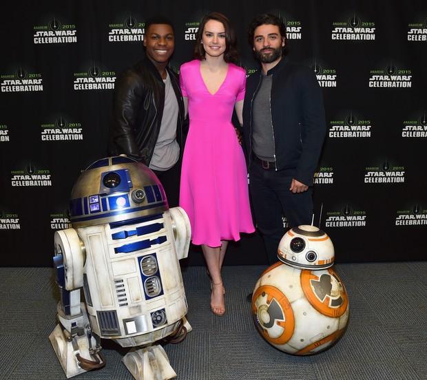Daisy Ridley, a catadora de lixo Rey no filme Star Wars: O Despertar da Força, usa look especial durante lançamento vip  (Foto: Getty Image)