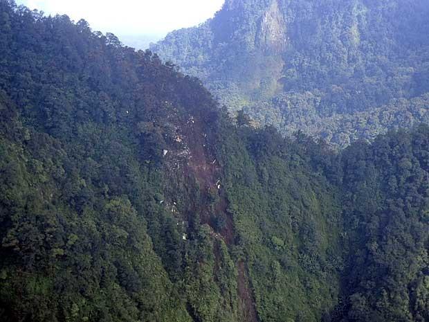 Destroços do Sukhoi Superjet 100 estão espalhados numa montanha em Bogor, Java Ocidental. (Foto: Força Aéra do Indonésia / AP Photo)