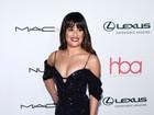 Lea Michele usa vestido com fenda e quase mostra demais