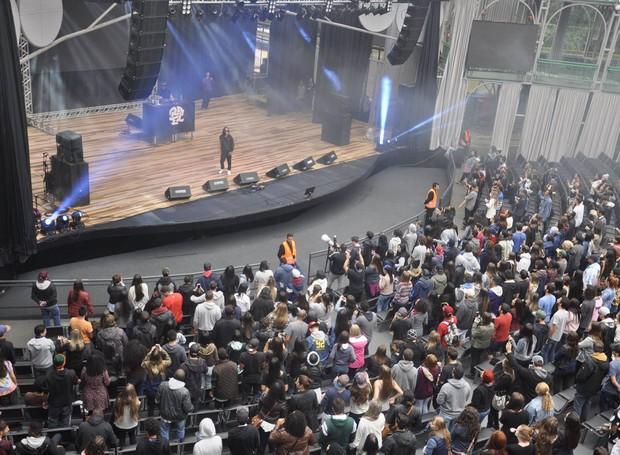 No palco da Ópera de Arame, a abertura ficou por conta do rapper paulistano Rael, que faz show do seu mais recente trabalho ´Diversoficando´ (Foto: Roger Santmor/RPC)