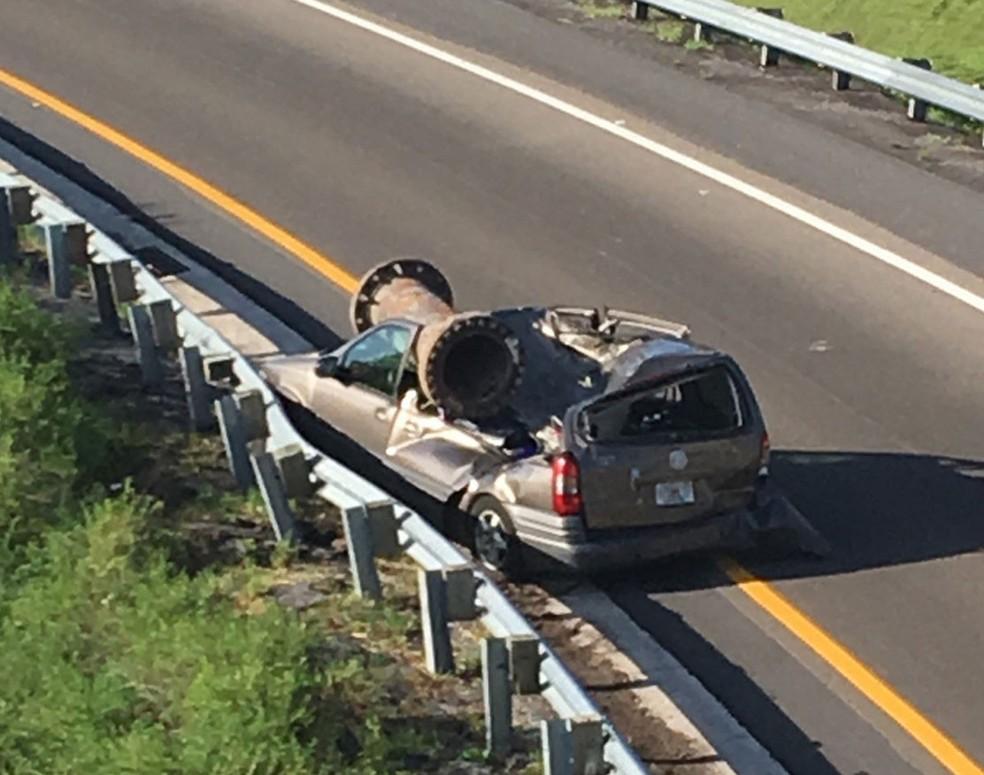 Foto divulgada pela patrulha das estradas mostra carro atingido por peça de metal em estada da Florida, nos Estados Unidos, no sábado (15) (Foto: Patrulla de Carreteras de Florida/ AP)