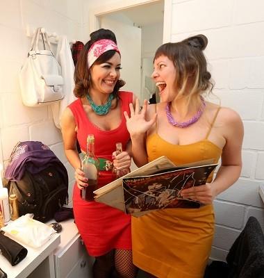 As atrizes Hylka Maria e Tatiana Muniz: festa de arromba no manicômio