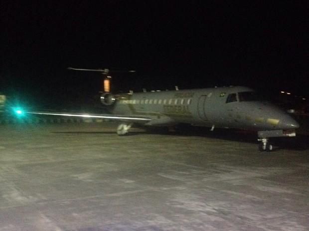 Avião pousou por volta da 1h25 deste sábado (Foto: João Salgado/RBS TV)