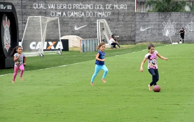 Filhas de Paulinho (cinza), Fábio Santos (azul) e Douglas (rosa) brincam no CT Joaquim Grava (Foto: Rodrigo Faber )
