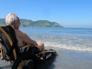 Eros aproveita o mar em dia ensolarado (Foto: Anna Gabriela Ribeiro / G1)