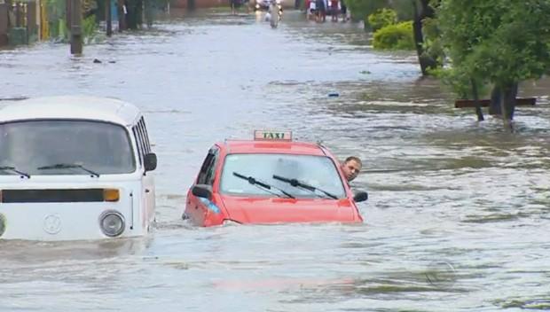 taxista rua alagada (Foto: Reprodução/RBS TV)