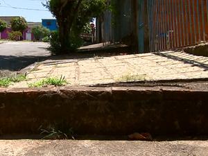 Degraus na calçada dificultam pedrestes, em São Carlos (SP) (Foto: Reprodução/EPTV)