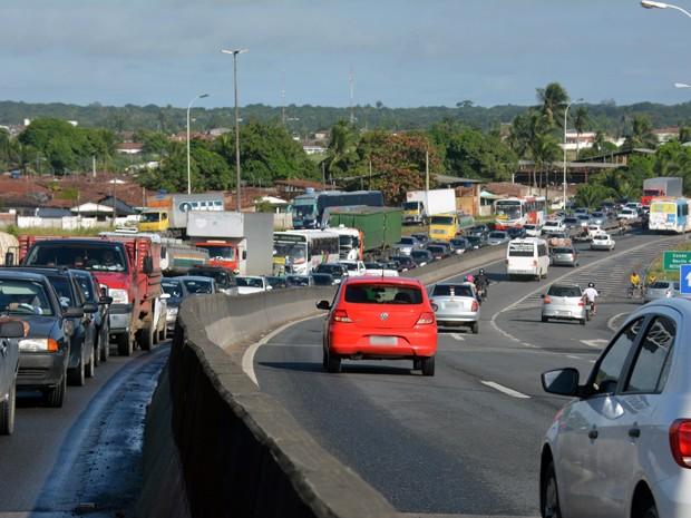 Trânsito ficou lento por causa do acidente (Foto: Walter Paparazzo/G1)