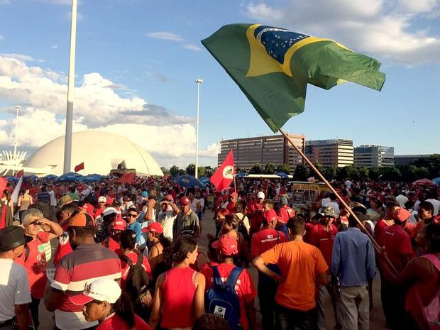 Grupo se concentra ao lado do Museu da República, em Brasília, em ato a favor do governo Dilma e do PT (Foto: Alexandre Bastos/G1)
