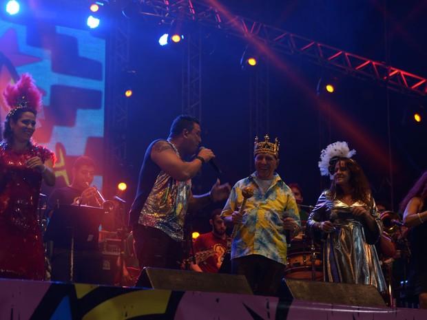 Os cantores Nonô e Claudionor Germano, filho e pai, cantam no palco do Marco Zero (Foto: Luka Santos/G1)