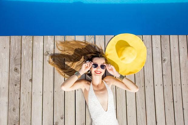 Antes e durante a exposição solar, aplique filtro na pele e específico para os lábios (Foto: Thinkstock)