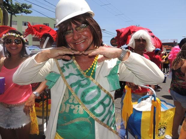 A ex-presidente da Petrobras, Graça Foster, também foi tema de fantasia no bloco Virgens de Bairro Novo.  (Foto: Katherine Coutinho / G1)