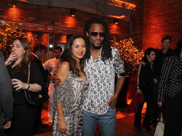 Toni Garrido com a mulher em festa na Zona Oeste do Rio (Foto: Thyago Andrade/ Foto Rio News)