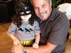 Vestida de Batman, filha de Tania Mara posa para fotos