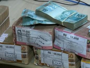 Dinheiro estava guardado na casa da ex-tesoureira (Foto: Reprodução RPC)