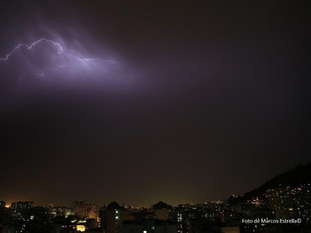 Raios sob o céu do Rio (Foto: Marcos Estrella / Globo)