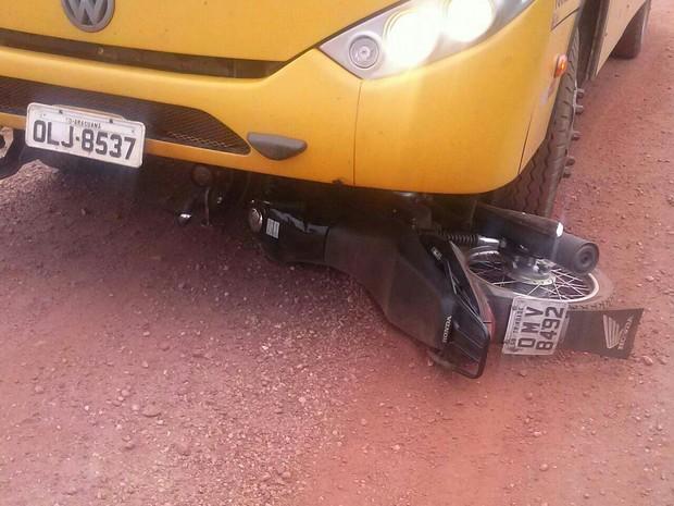 Motociclista morreu no local, alunos e motorista não se feriram (Foto: Divulgação/PM-TO)