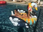 Kourtney Kardashian mostra o corpo em forma em foto de biquíni