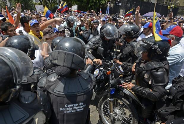 Membros da oposição entram em conflito com a polícia neste sábado (8) em Caracas, na Venezuela, durante protesto contra escassez de produtos básicos nos supermercados (Foto: Juan Barreto/AFP)