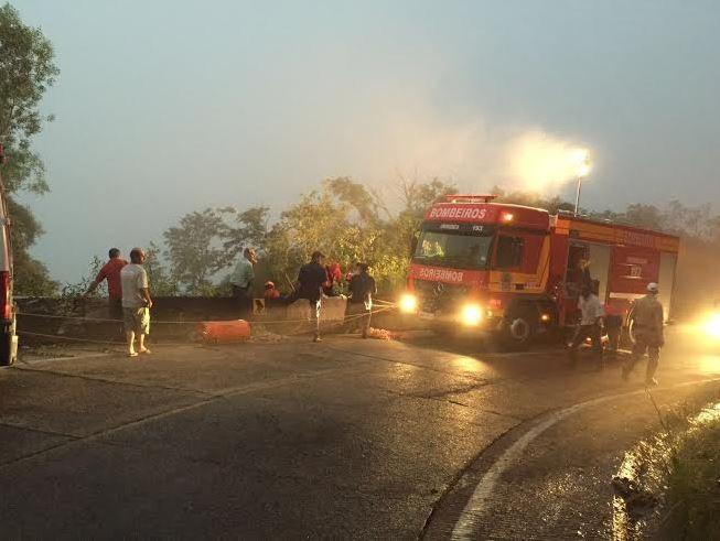 Bombeiros trabalham no resgate das vítimas (Foto: Phamela Fontanella /Sul in Foco)