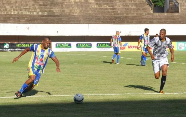 Lance entre Maracaju e Novoperário pela 6ª rodada do Sul-Mato-Grossense (Foto: Hélder Rafael)