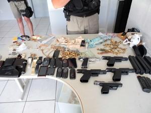 Material apreendido após tiroteio em quadrilhas em Tramandaí (Foto: Robson Alves/Brigada Militar)