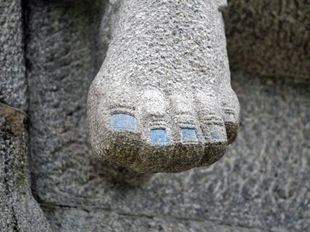 Um dos personagens retratados no Monumento às Bandeiras, do escultor Victor Brecheret, teve as unhas pintadas de azul em um ato de vandalismo, nesta segunda-feira (14).   (Foto: Nilton Fukuda/Agência Estado/AE)