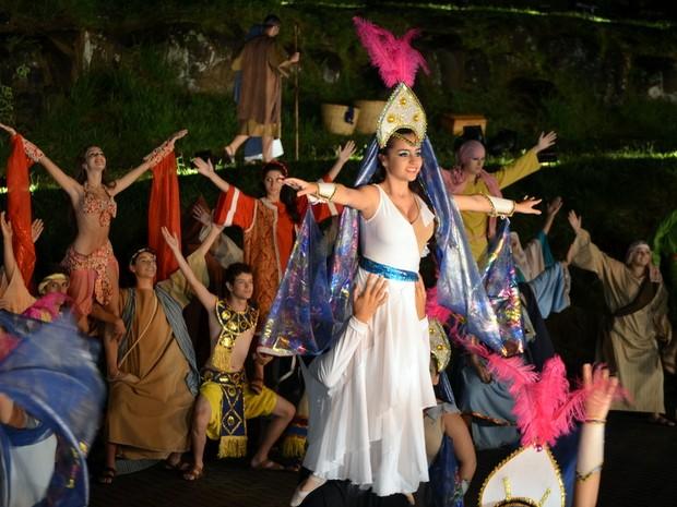 Abertura da Paixão de Cristo de Piracicaba iniciou com dança e pirâmide humana (Foto: Fernanda Zanetti/G1)