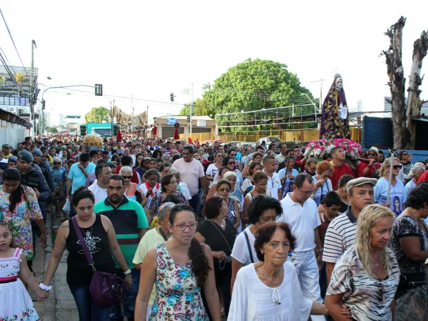 Multidão acompanhou Procissão do Senhor Morto, na tarde desta sexta-feira (25) (Foto: Jamile Alves/G1 AM)