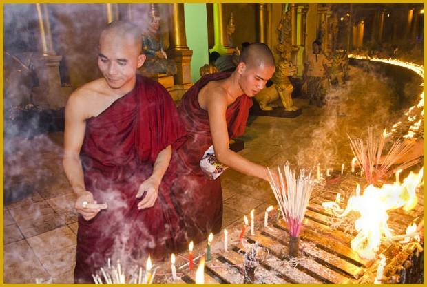 Monges queimam incenso durante a Festa das Luzes. Para guiar o retorno de Buda à Terra, os fiéis iluminam os lugares sagrados (Foto: Haroldo Castro/ÉPOCA)