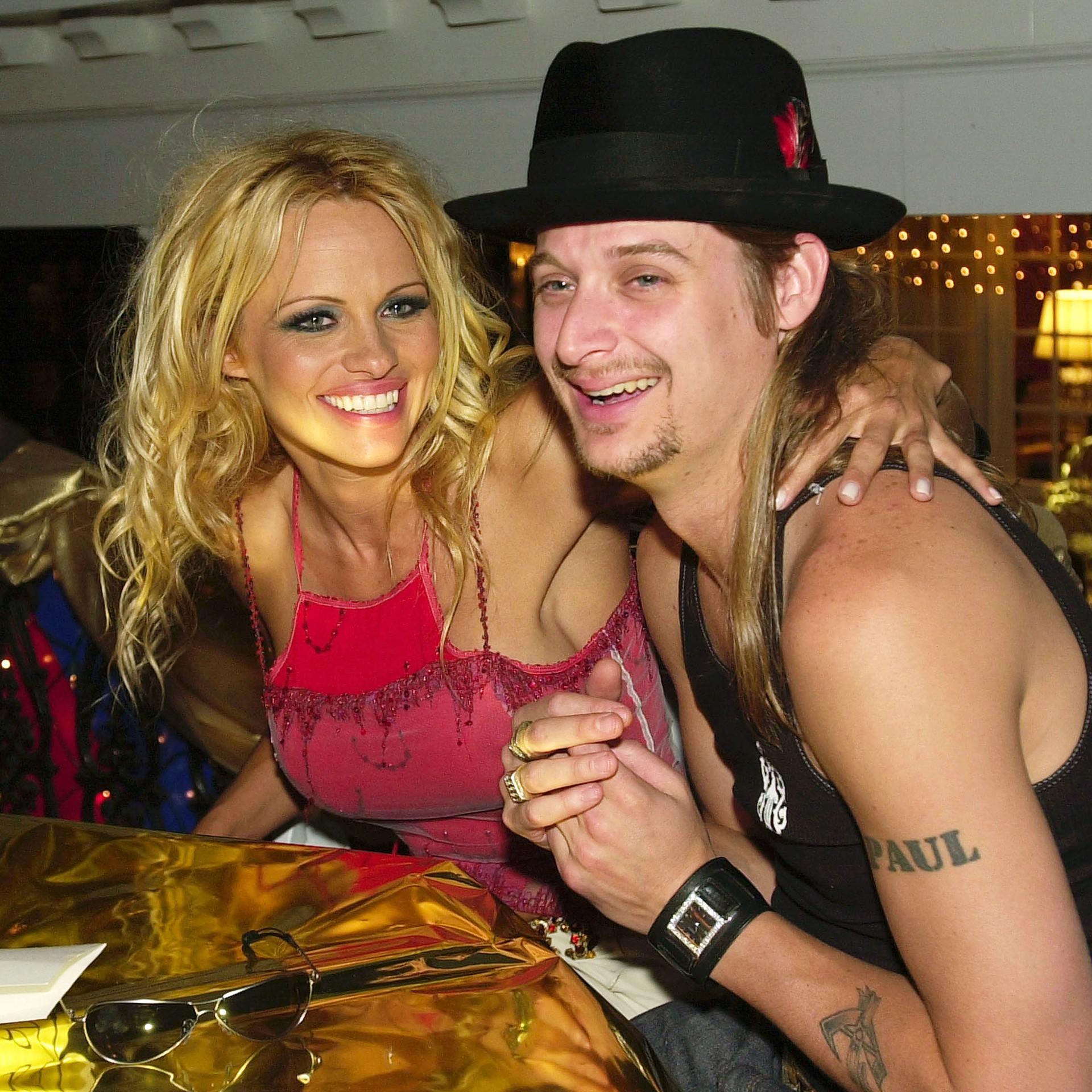 A atriz Pamela Anderson, de 46 anos, e o músico Kid Rock, de 43, romperam o noivado em 2003, depois se casaram em julho de 2006, oficializaram a união em agosto daquele ano e pediram divórcio duas semanas depois disso. (Foto: Getty Images)
