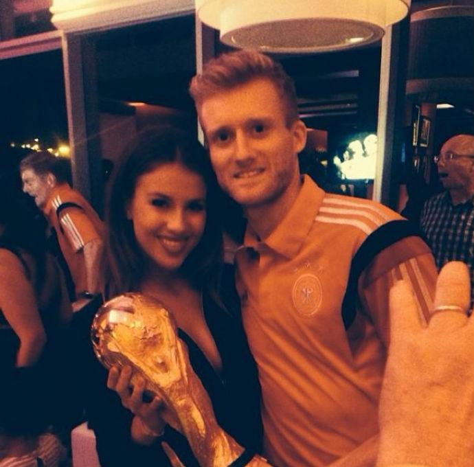 Schürrle, com a namorada e a taça de campeão do mundo (Foto: Reprodução)