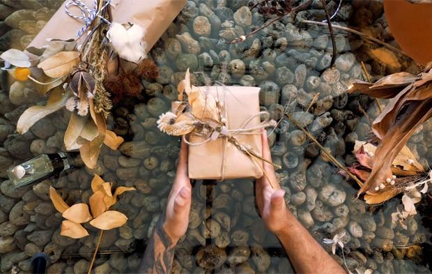 Um Natal diferente: como fazer um embrulho de presente criativo e elegante (Foto: Vivi Spaco)
